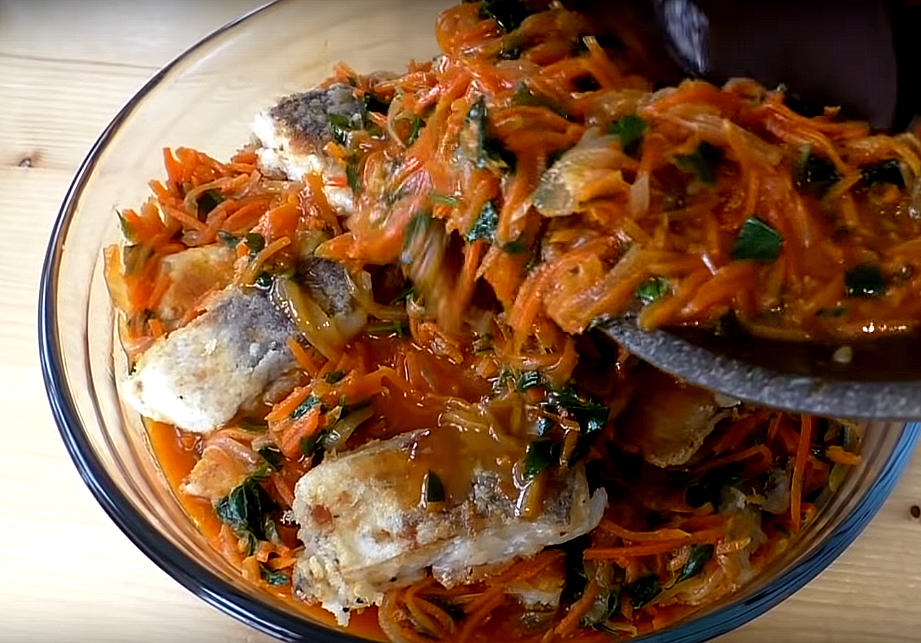 В форму кладем маринад, кусочки рыбы, затем опять слой маринада, рыбу и так, пока не кончатся продукты