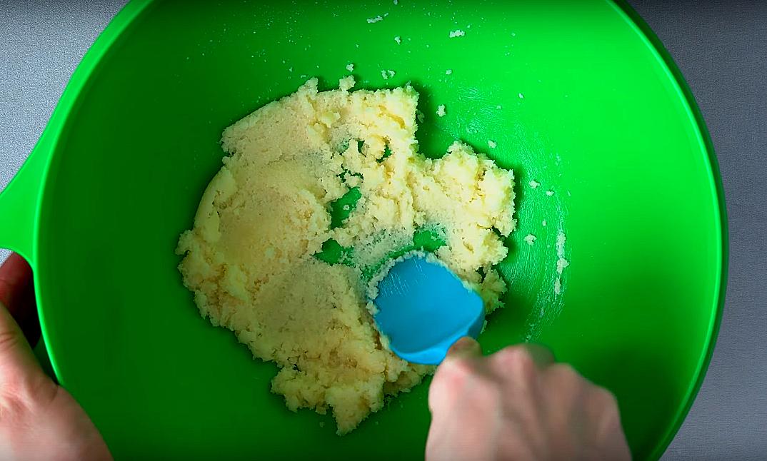 В глубокую миску вливаем масло, которое предварительно необходимо растопить, добавляем половину от всего количества сахара