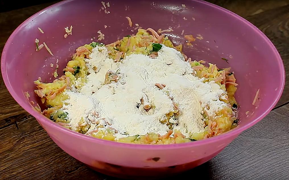 Всыпаем муку, все перемешиваем и получается интересное картофельное тесто