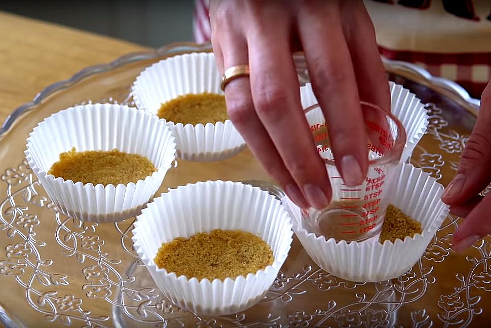 Раскладываем массу с печеньем по одной столовой ложке в каждую формочку