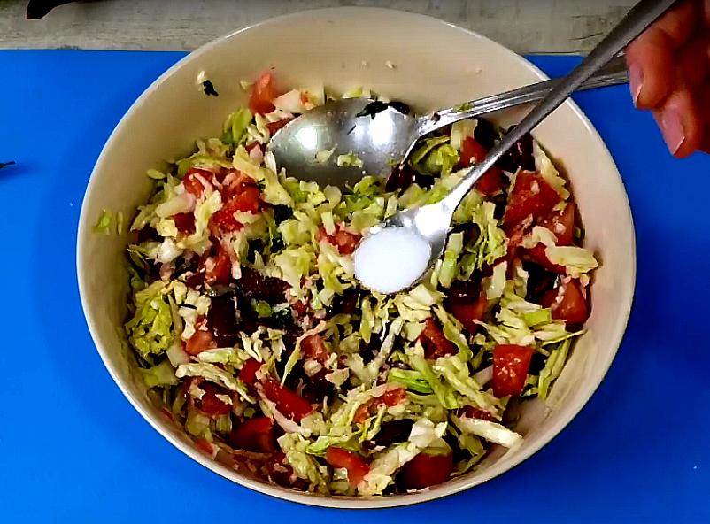 Заправляем им салат, соединяем ингредиенты