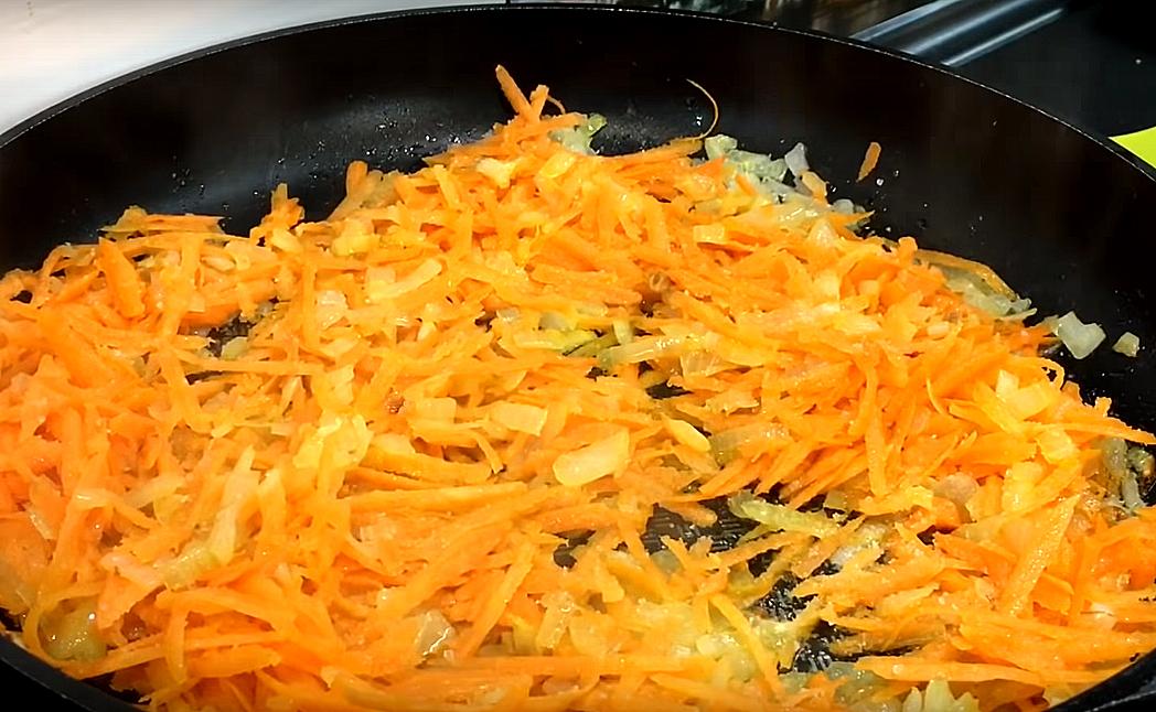 Лук с морковью чистим, режем и обжариваем - сначала мелко нарубленный лук на горячем масле до румяности, затем добавляем морковь