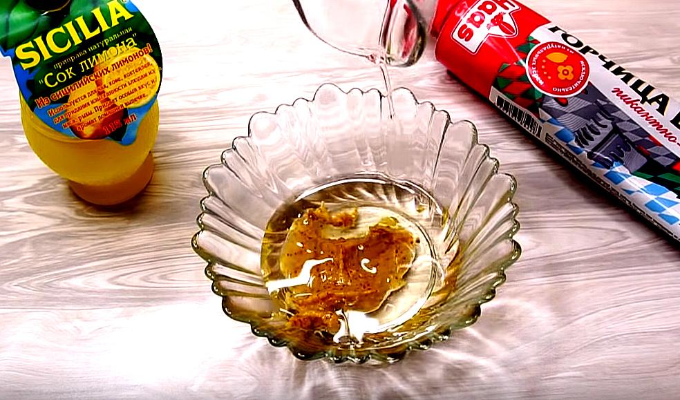 Подготовим заправку. В горчицу наливаем масло и сок лимона, добавляем соль с перцем, размешиваем