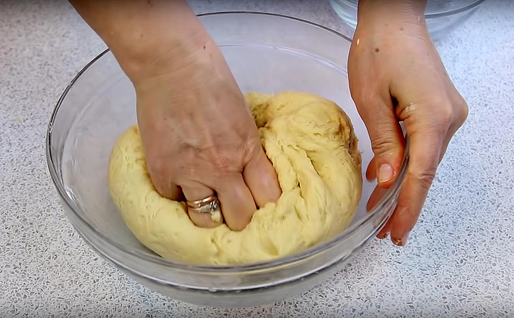 Размешиваем, соединяем со сливочным маслом (конечно же растопленным) и постепенно вмешиваем муку