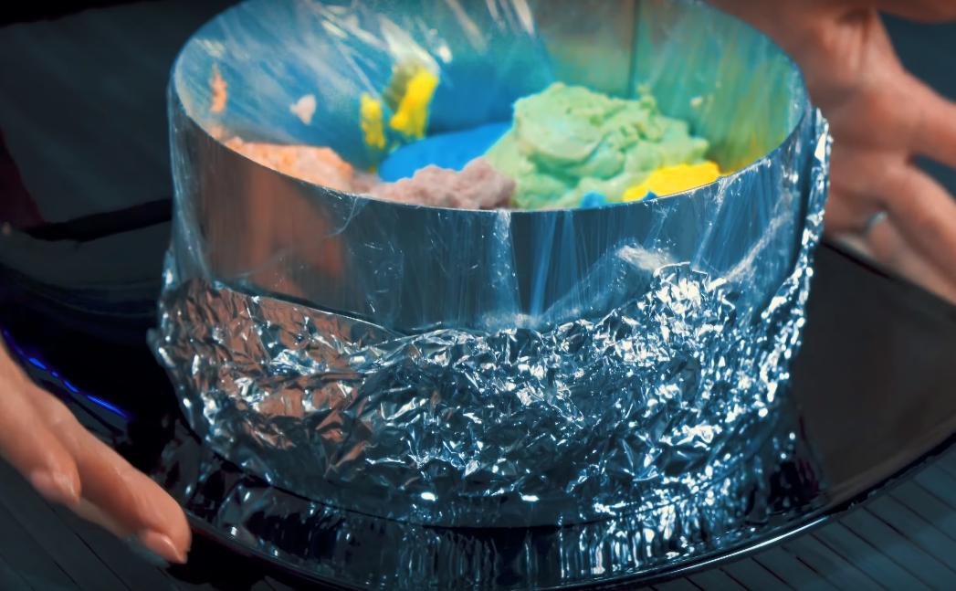 Уплотняем, чтобы удалить воздух (чуть приподнимаем блюдо с формой, в которой собираем торт и резко опускаем его на стол)