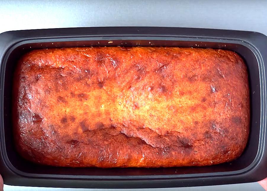 Теперь дело за духовкой. Будем выпекать кекс при температуре 200 градусов. Примерное время приготовления составляет около 40 минут, но не забудьте, что все печи разные, поэтому проверяйте готовность кекса деревянной палочкой
